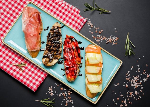 Köstliches bruschetta-sortiment flach liegen