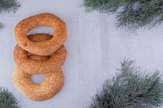 Köstliches bündel von bagels auf weißem hintergrund.