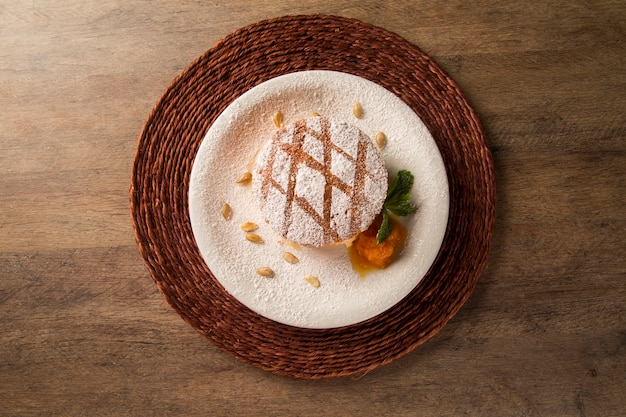 Köstliches dessert des nackten kürbiskuchens auf dem teller.
