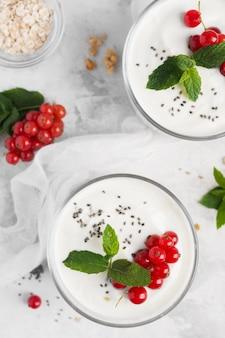 Köstliches dessert mit nahaufnahme von obst und joghurt