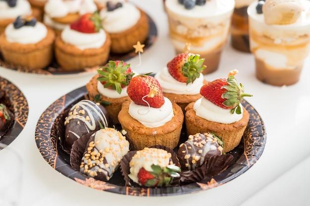 Köstliches dessert und schokoriegel. süßes buffet mit cupcakes. süßes buffet mit cupcakes