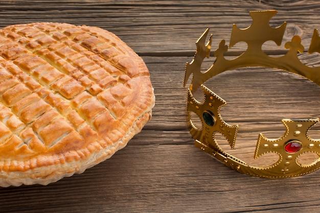 Köstliches dreikönigskuchen-dessert und krone