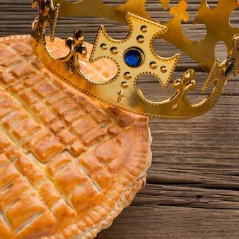 Köstliches dreikönigskuchen-nachtisch auf hölzernem hintergrund