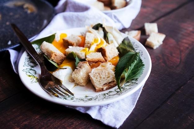 Köstliches ei und semmelbröselfrühstück