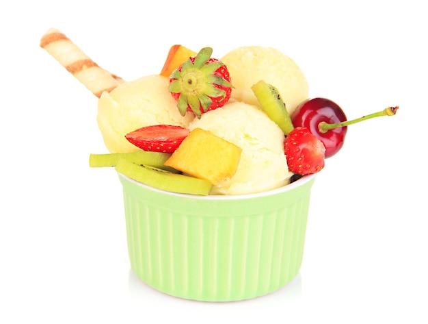 Köstliches eis mit früchten und beeren in der schüssel lokalisiert auf weiß