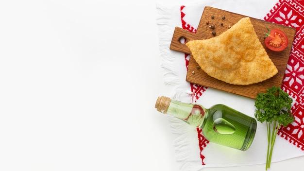 Köstliches essen auf holzbrett draufsicht