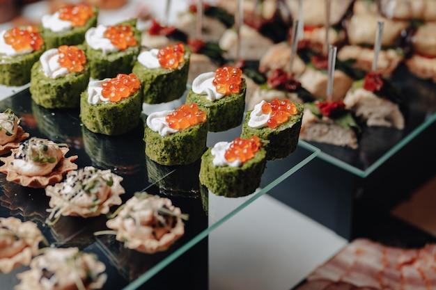 Köstliches festliches buffet mit häppchen und verschiedenen köstlichen gerichten
