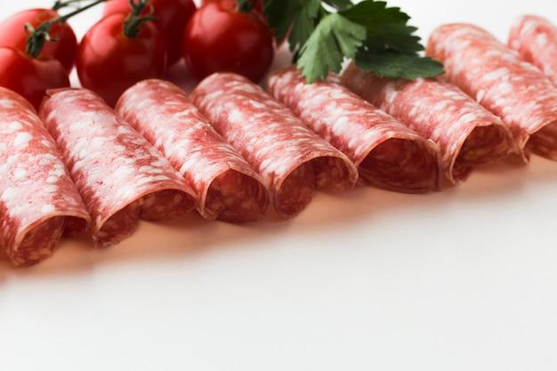 Köstliches fleisch der nahaufnahme mit kirschtomaten