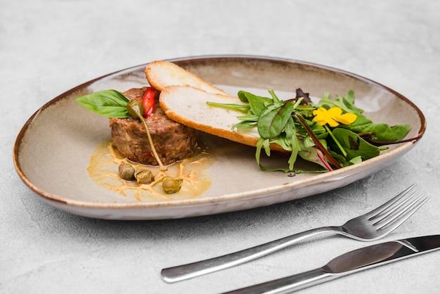 Köstliches fleisch und bruschetta vorderansicht