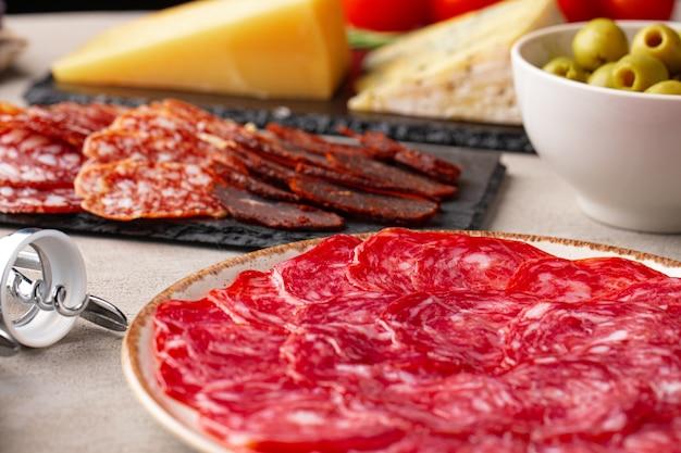 Köstliches fleischschneiden auf plattennahaufnahmefoto