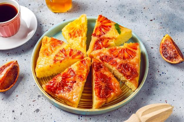 Köstliches französisches desserttörtchen tatin mit blutorange