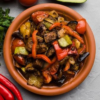 Köstliches frisches essen auf platte