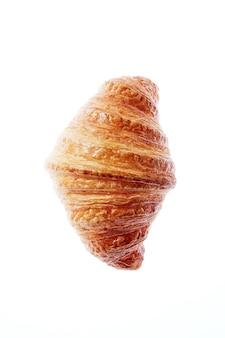 Köstliches frisches französisches hausgemachtes croissant auf einem weißen hintergrund mit kopienraum. nahaufnahme. kontinentales frühstückskonzept.