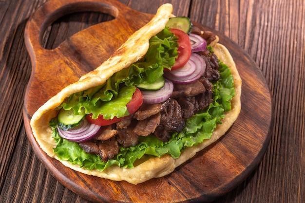 Köstliches frisches selbst gemachtes sandwich mit hühnerburspit gebratenem fleisch