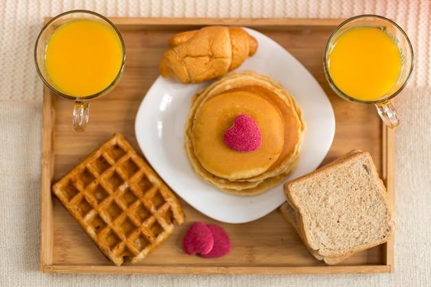 Köstliches frühstück der draufsicht im bett