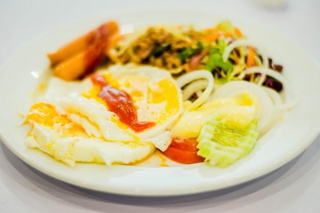 Köstliches frühstück der westlichen art auf platte
