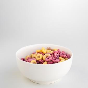 Köstliches frühstück mit getreide und exemplarplatz