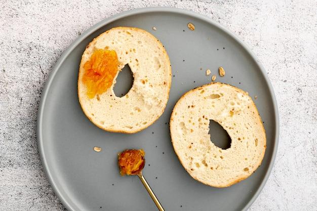 Köstliches gebackenes geschnittenes brötchen auf draufsicht der platte