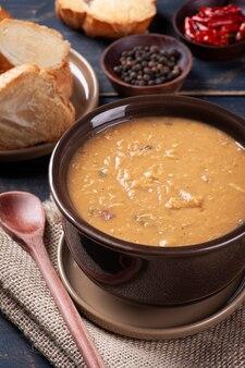 Köstliches gericht der brasilianischen küche namens caldo de feijão. hergestellt mit bohnen, speck und hühnchen.