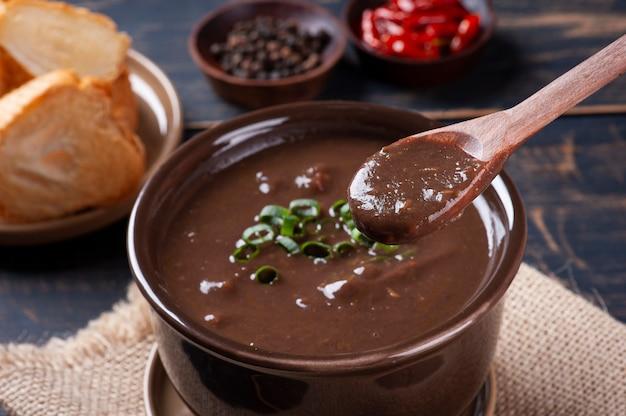 Köstliches gericht der brasilianischen küche namens caldo de feijão. hergestellt mit schwarzen bohnen, speck und wurst.