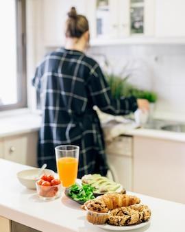 Köstliches gesundes frühstück auf küche worktop