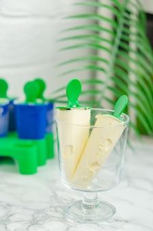 Köstliches hausgemachtes vanilleeis in einer speziellen form zum einfrieren. hausgemachte süße leckereien, desserts.