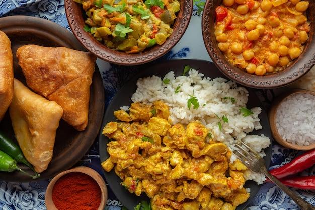 Köstliches indisches essen auf tablett draufsicht
