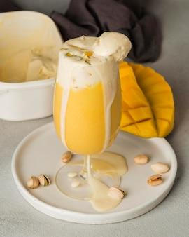 Köstliches indisches mango-getränk mit pistazien