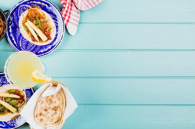 Köstliches mexikanisches essen auf tellern
