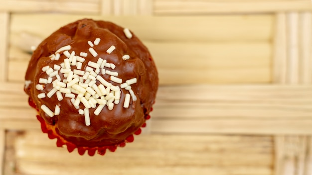 Köstliches muffin der draufsicht mit schokolade
