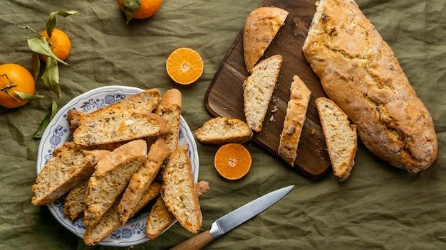 Köstliches orange brötchen auf tisch