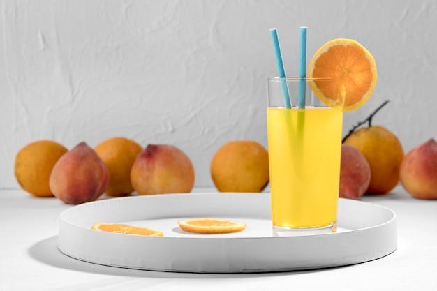 Köstliches orangensaftgetränk mit früchten