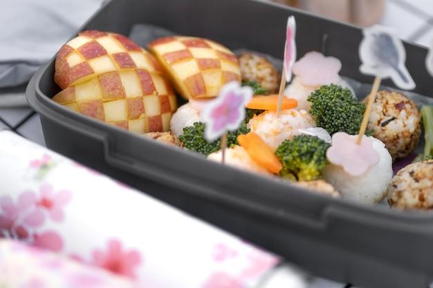 Köstliches picknick mit kirschbaumblumen