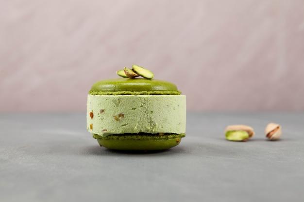 Köstliches pistazieneis mit pistazienmakronen oder makronen, seitenansicht. selektiver fokus, kopierraum.