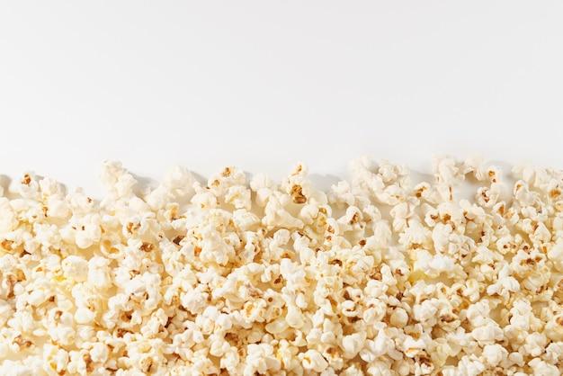 Köstliches popcorn auf weißem hintergrund.