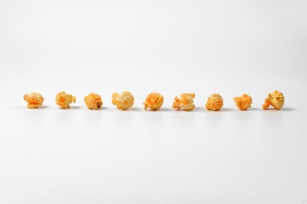 Köstliches popcorn in einer linie auf weiß