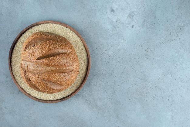 Köstliches roggenbrötchen auf holzplatte.