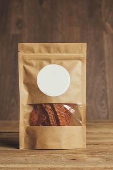 Köstliches ruckartiges auf einem hölzernen hintergrund. produkte in handwerklicher verpackung. snack für alkohol. makrofoto. nahaufnahme.
