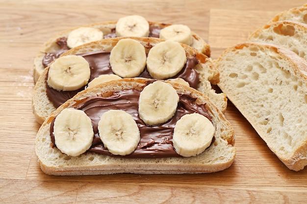 Köstliches sandwich auf dem tisch