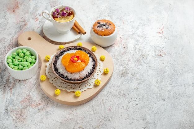 Köstliches schokoladendessert mit halber draufsicht und tasse tee auf weißem raum