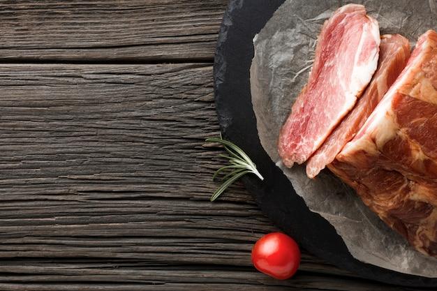 Köstliches schweinefleisch der draufsicht auf dem tisch