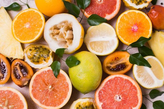 Köstliches set exotischer früchte, die zum servieren bereit sind