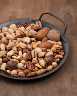 Köstliches sortiment an bio-nüssen