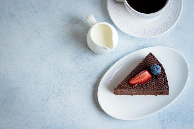 Köstliches stück schokoladenkuchen mit tasse kaffee
