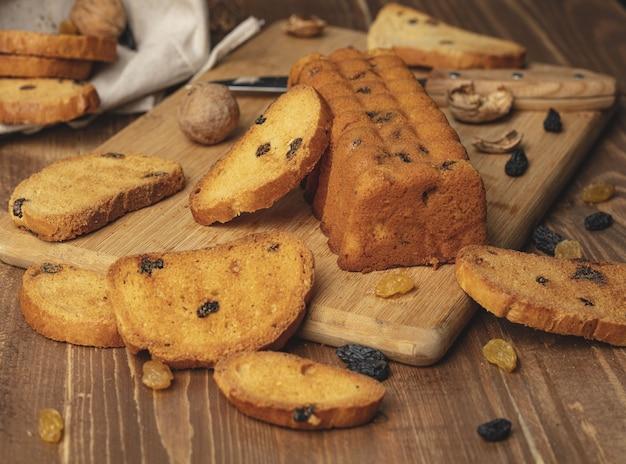 Köstliches süßes brötchen auf hölzernem hintergrund