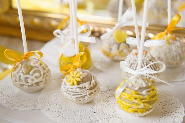 Köstliches süßes buffet mit cupcakes. süßes urlaubsbuffet mit cupcakes und anderen desserts. schokoriegel