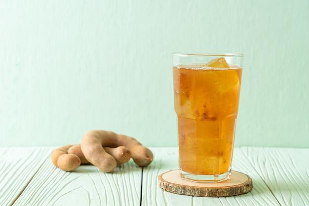 Köstliches süßes getränk tamarindensaft und eiswürfel - gesunde getränkeart