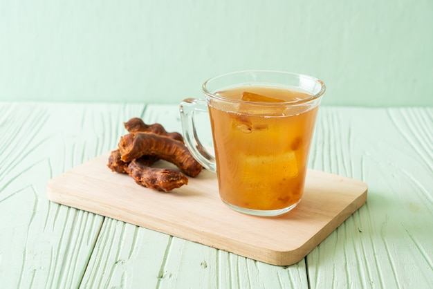 Köstliches süßes getränk tamarindensaft und eiswürfel - gesunder getränkestil