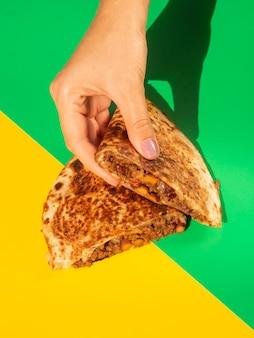 Köstliches tortillabrot in händen gehalten