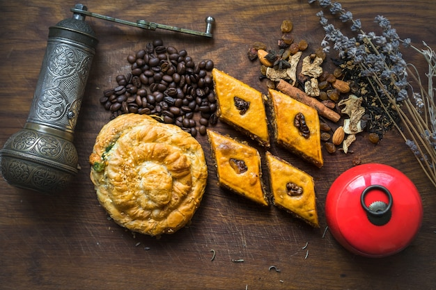 Köstliches traditionelles türkisches essen baklava mit honig und nüssen